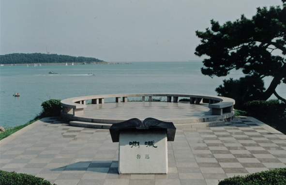 为建这个牌坊,当时的青岛市长胡若愚从北京请来了专业技术人员负责